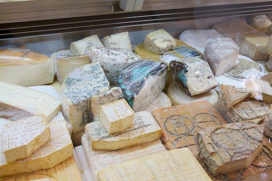 selezione dei formaggi presenti al negozio mercato coperto di Gavardo