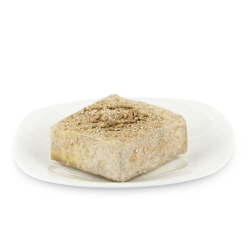 Formaggio caprino stagionato con malto in piatto di ceramica