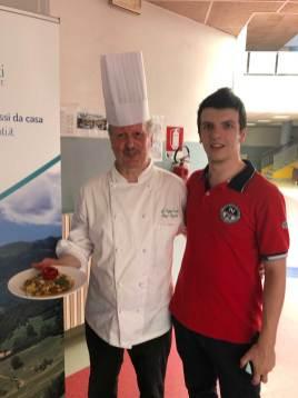 A sinistra lo chef Enzo Boschi con il piatto preparato con i prodotti selezionati da bbuono
