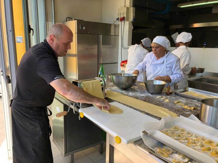 Stesura della pasta artigianale fatta a mano