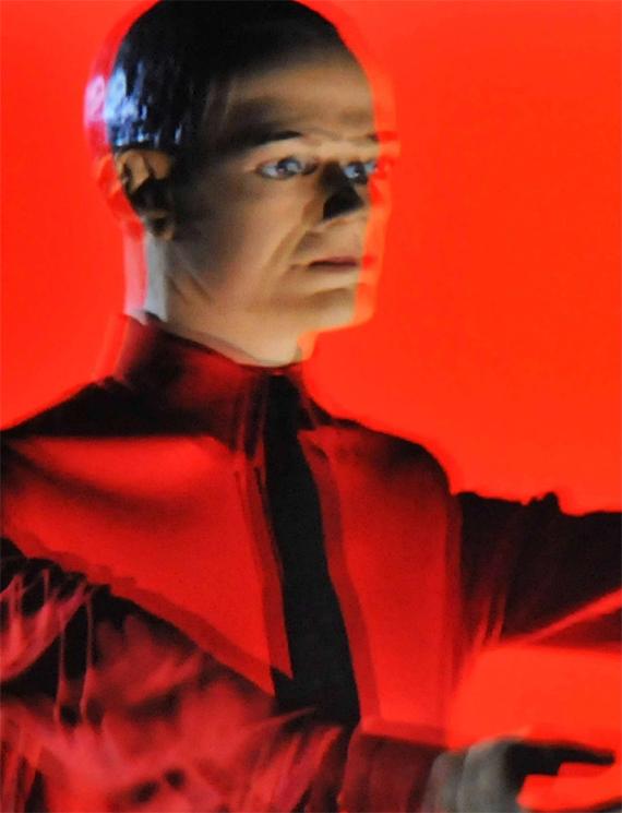 Vídeo de la banda pionera de música electrónica alemana Kraftwerk durante su actuación en la inauguración de su exposición retrospectiva Catalogue 12345678 en el Turbine Hall de la Tate Modern el 6 de febrero de 2013 en Londres, Reino Unido