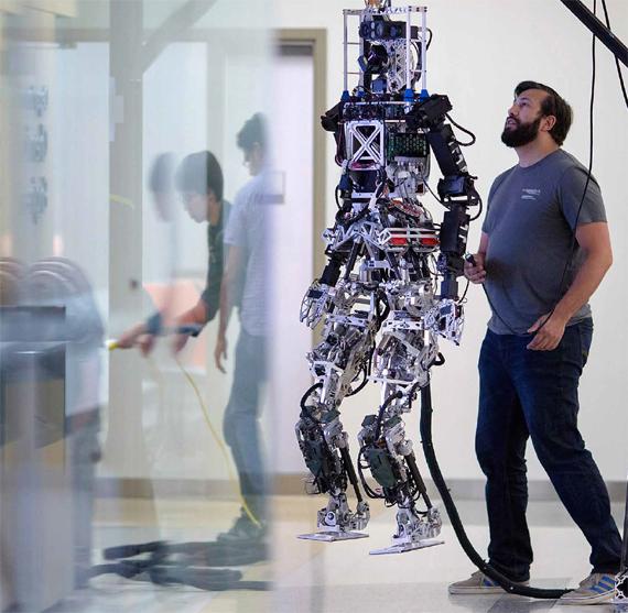 Un miembro de Team Valor prueba el robot THOR durante la preparación del Desafío Robótico (Robotics Challenge) de DARPA, la agencia de investigación de proyectos avanzados de defensa en el TREC (laboratorio de ingeniería y control de robótica terrestre) del Virginia Tech
