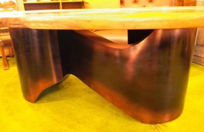 うねうねしたアートな鉄脚。仕上げも渋い銅仕上げ。