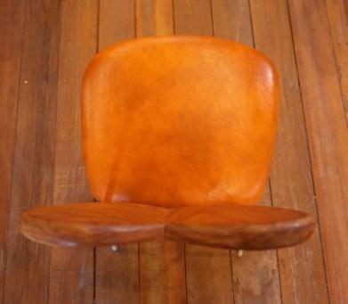 座面の奥行き約40㎝。奥行が同じ「ミニカフェ椅子」よりゆったり座れます。