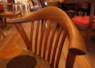 削り出して作られた贅沢な笠木。
