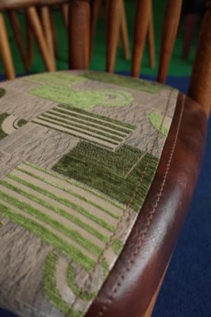 幾何学モダン柄の布とレザーのコンビ。