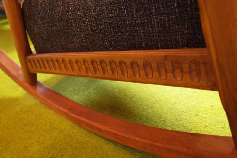 座枠にはさりげなく彫刻が入っています。