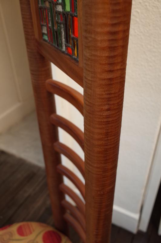 フレームはマホガニー材で作っています。