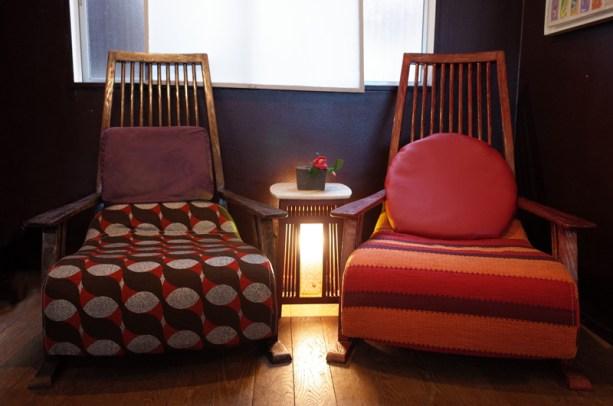 極楽椅子を2脚並べて使うと迫力満点。