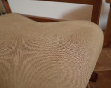 座面にシミがついています。使うのに問題はありません。