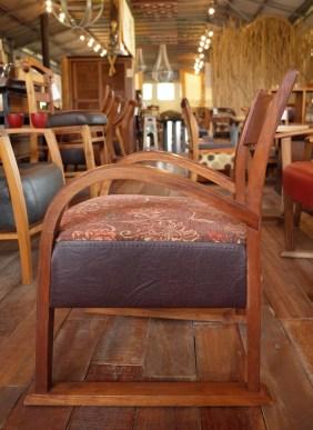 アームのカーブがきれいなえんがわ麻朝椅子。