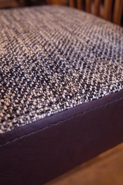 座面はツイード調の布、再度はアンティーク調のレザー。