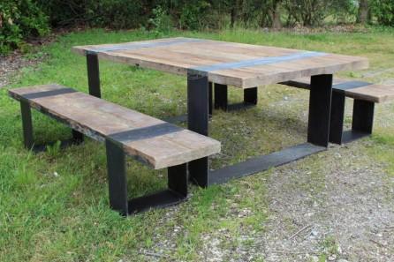Table avec bancs en vieux chne et pieds fer  BCA