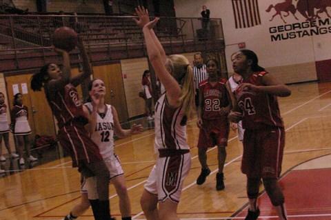 Nicole Mitchell threads a pass to teammate Ashley Thompson. (Photo: News-Press)