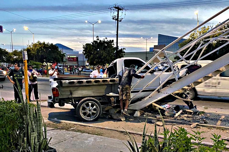 Camioneta se estrella contra puente peatonal de La Paz; un hombre quedó atrapado