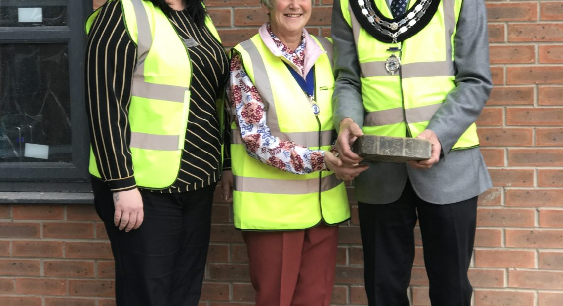 Wetherby's newest care home, Windsor Court, welcomed the Mayor and Mayoress of Wetherby for a sneak peek of the brand new facilities last week. The 66 bed home on Sandbeck Way is coming up to completion and the Mayor marked the occasion by laying the last external ground stone on the site.