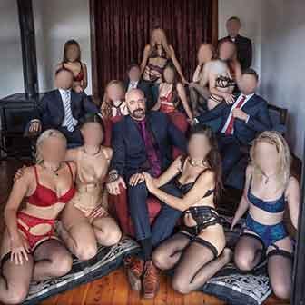 James Davis con alcuni invitati ai suoi party
