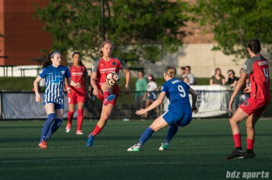 Portland Thorns FC midfielder Lindsey Horan (7) brings down the ball.
