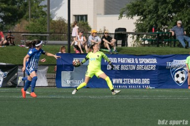 North Carolina Courage goalkeeper Katelyn Rowland (0) throws the ball to a teammate.