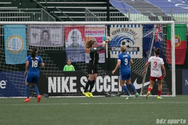Chicago Red Stars goalkeeper Alyssa Naeher (1) comes up with the ball
