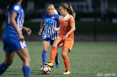 Houston Dash midfielder Andressa (17) controls the ball for the Dash.