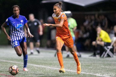 Houston Dash defender Poliana (2) brings the ball down the sideline for the Dash