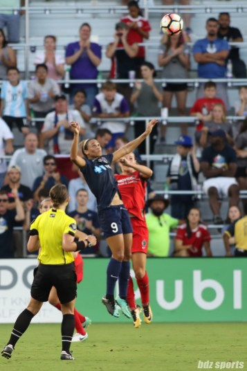 North Carolina Courage forward Lynn Williams (9) spots the ball for a header