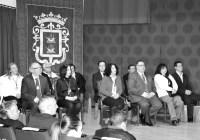 El Ayuntamiento entrega una distinción a todos los concejales de la democracia