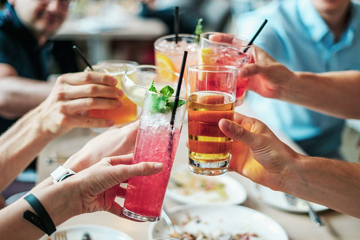 Cocktails, Freunde, feiern, anstossen
