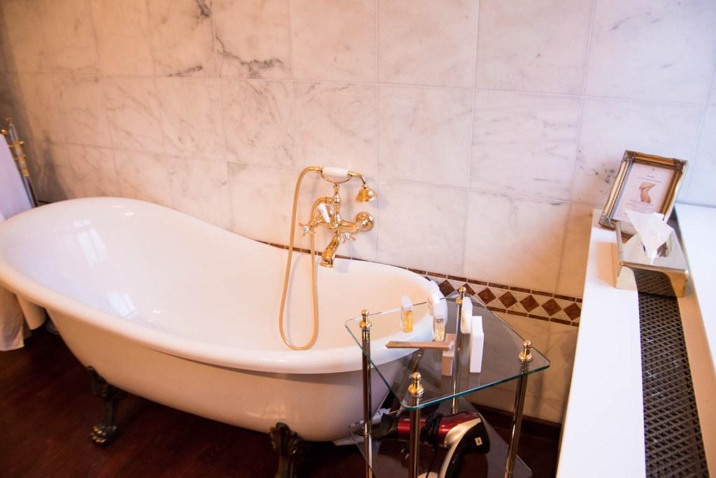 Schlosshotel Wendorf, Schwerin, luxury suite, bathroom, marble, gold -plated bath tub
