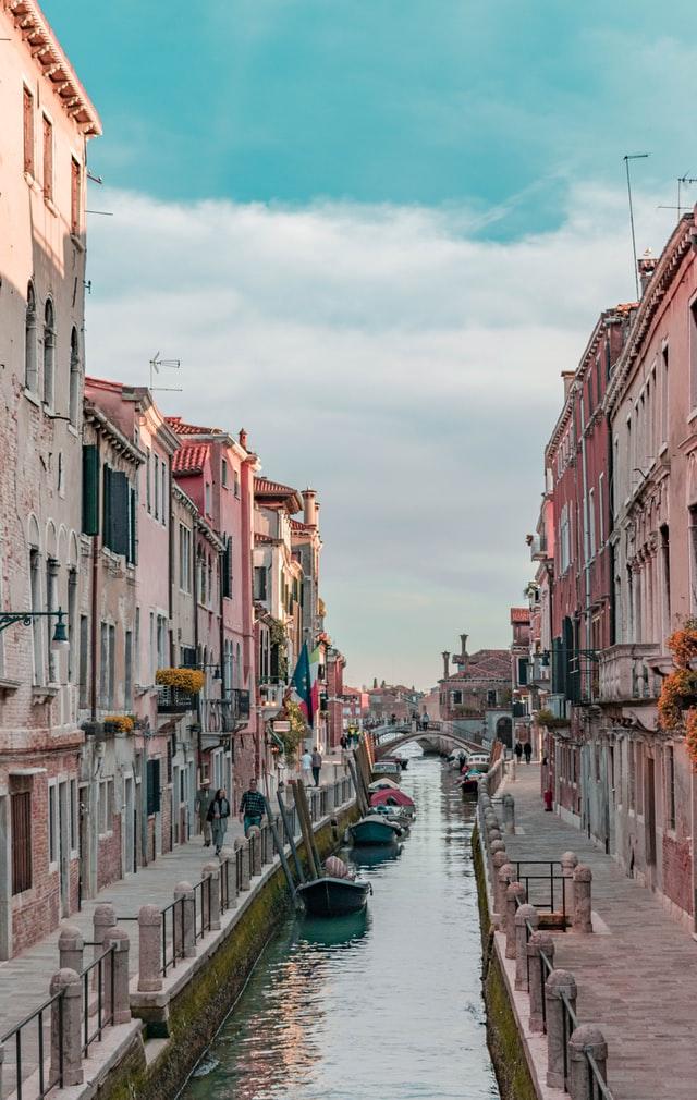 Italien, Venedig, Häuser, Wasser, Gondeln, Blumen, Fahnen