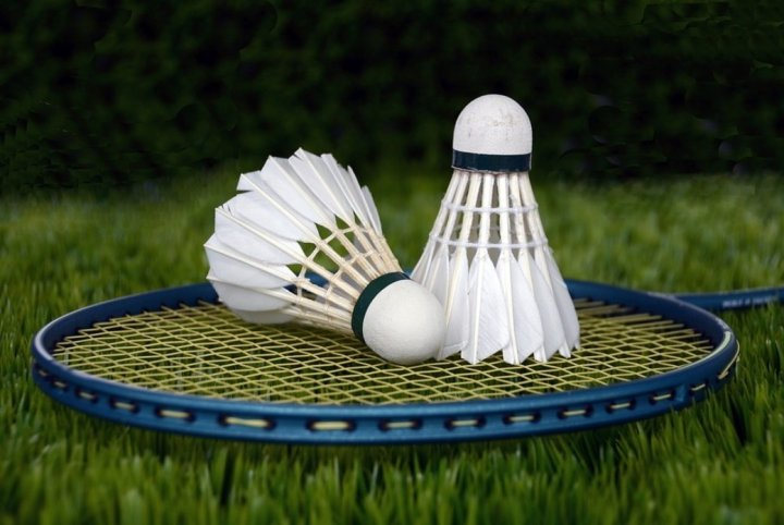 Badminton-Racket-with-Shuttles-Be-An-Inspirer