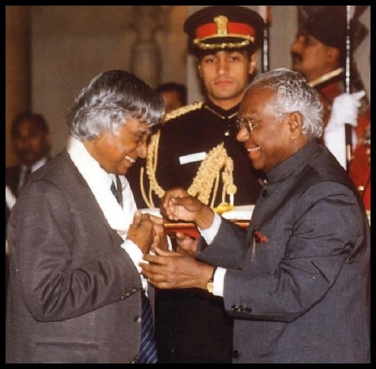 Dr-A-P-J-Abdul-Kalam-receiving-Bharat-Ratna-from-10th-President-of-India-K-R-Narayanan-Be-An-Inspirer