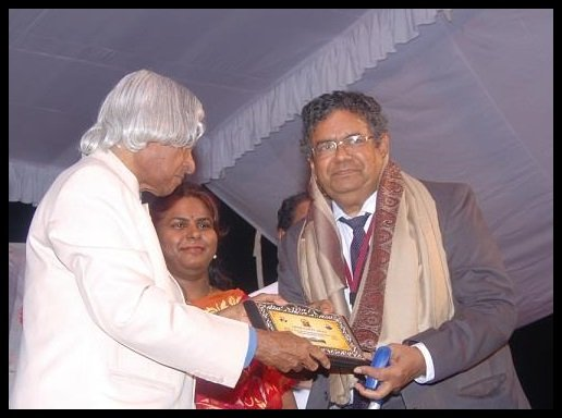 Dr.-D.P.-Kothari-being-Felicitated-by-Dr.-APJ-Kalam-in-2013-Be-An-Inspirer