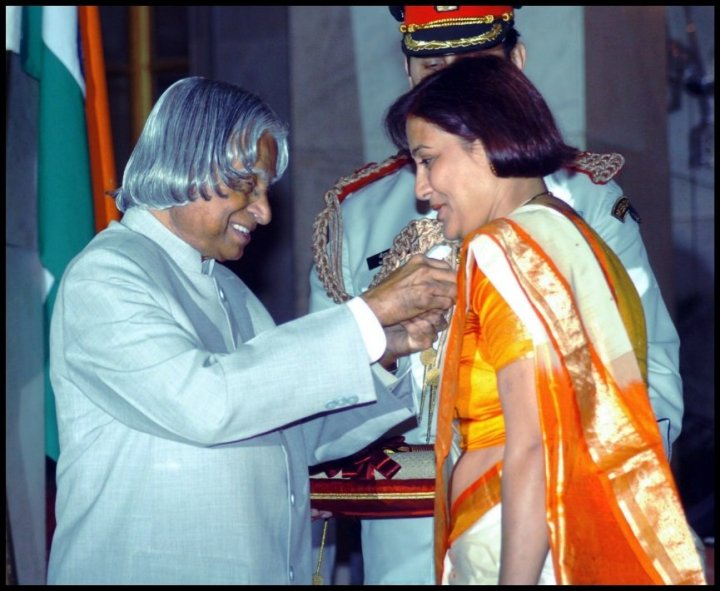 Madhumita-Bisht-receiving-award-from-A.P.J.-Abdul-Kalam-Be-An-Inspirer