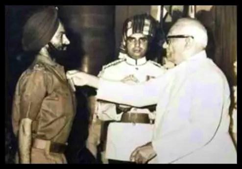 Brigadier-Kuldip-Singh-Chandpuri-Receiving-Maha-Vir-Chakra-Be-An-Inspirer
