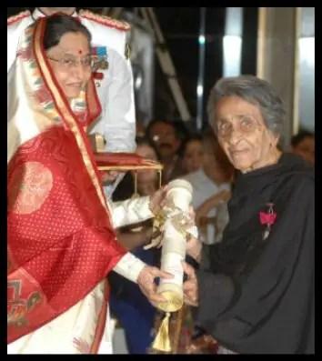 Homai-Vyarawalla-Receiving-the-Padma-Vibhushan-Award-from-12th-President-of-India-Pratibha-Patil-Be-An-Inspirer