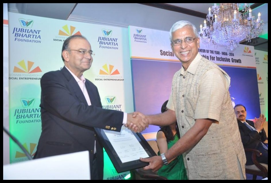 Dr-Hanumappa-Sudarshan-receiving-India-Social-Entrepreneur-of-the-Year-2014-Award-from-Arun-Jaitley-Be-An-Inspirer