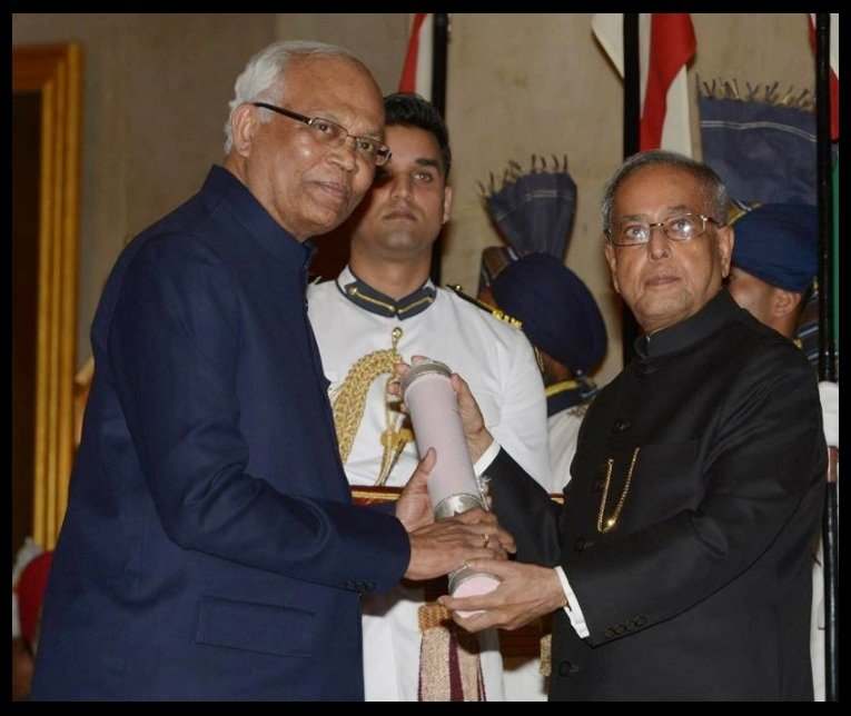 Dr-Raghunath-Anant-Mashelkar-receiving-Padma-Vibhushan-Award-from-13th-President-of-India-Pranab-Mukherjee-Be-An-Inspirer