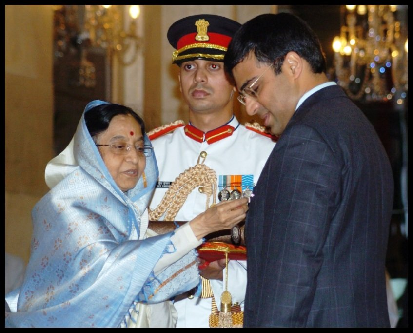 Viswanathan-Anand-receiving-Padma-Vibhushan-Award-from-12th-President-of-India-Pratibha-Patil-in-2007-He-is-the-first-Indian-sportsperson-to-receive-Padma-Vibhushan-Be-An-Inspirer