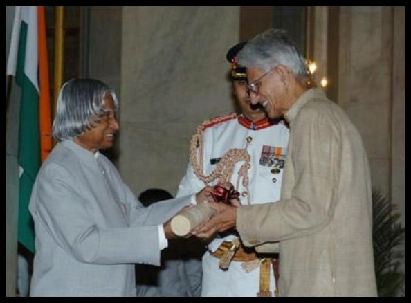 Obaid-Siddiqi-receiving-the-Padma-Vibhushan-Award-from-11th-president-of-India-Dr-A-P-J-Abdul-Kalam-in-2006-Be-An-Inspirer