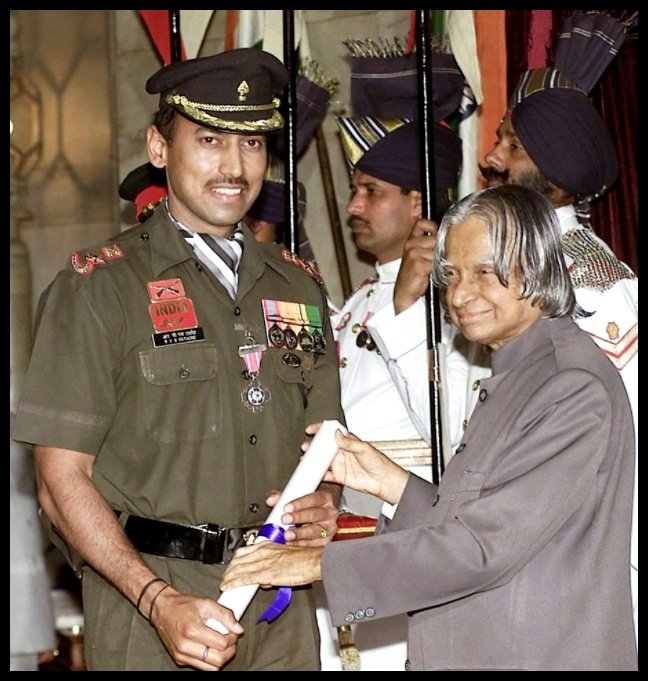 Rajyavardhan-Singh-Rathore-Receiving-Padma-Shri-Award-from-the-11th-President-of-India-Dr-A-P-J-Abdul-Kalam-in-2005-Be-An-Inspirer