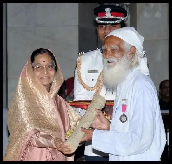 Sunderlal-Bahuguna-receiving-Padma-Vibhushan-Award-from-the-12th-President-of-India-Pratibha-Patil-in-2009-Be-An-Inspirer