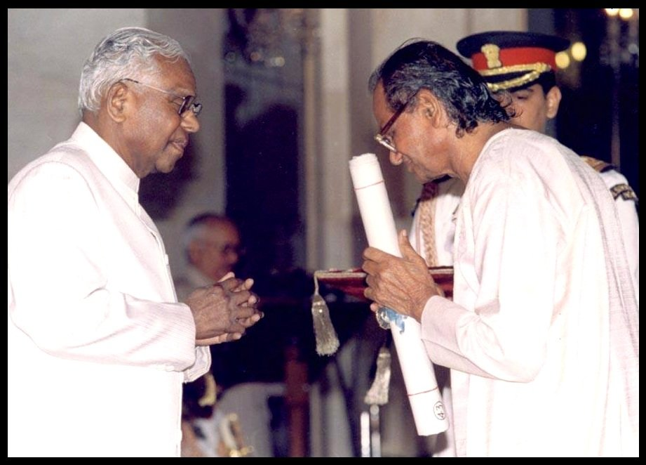 Ram-Vanji-Sutar-receiving-Padma-Shri-Award-from-K-R-Narayanan-the-10th-President-of-India-in-1999-Be-An-Inspirer