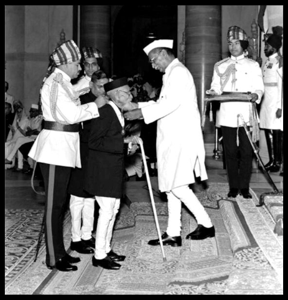 Maharisi-Karve-receiving-the-Bharat-Ratna-from-Dr-Rajendra-Prasad-the-First-President-of-India-in-1958-Be-An-Inspirer