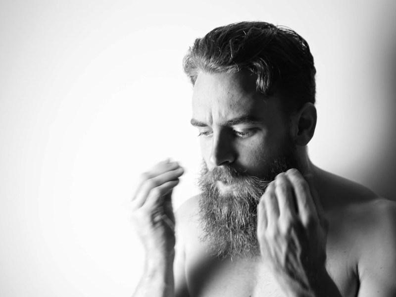 Czemu włosy z brody wypadają? | QOD Barber Shop
