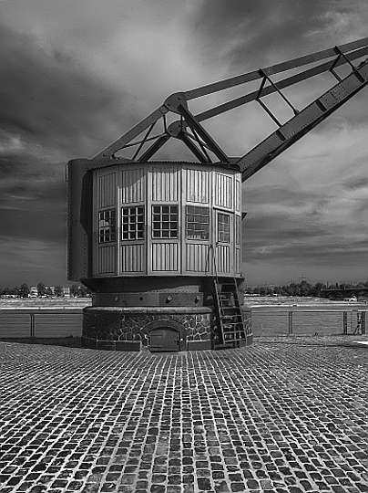 Harbour Crane #1 Foto 2008 - Print 2008 - Format (cm) 29 x 39 - Edition 11 - Order No. KRU 03 -courtesy the artist-