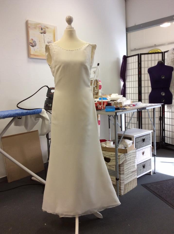 Schlichtes Brautkleid In Ivory Mit Wasserfallausschnitt Und SWAROVSKI