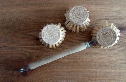 Eco-friendly wooden washing-up brush with replaceable head