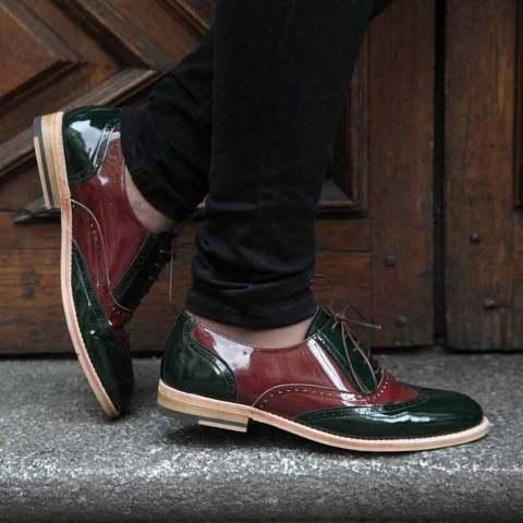 Zapato de mujer con cordones estilo Oxford bicolor verde y rojo en piel charol Lena GoR Hecho a mano en España por Beatnik Shoes